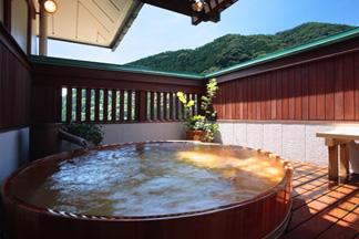 ひのき樽の露天風呂